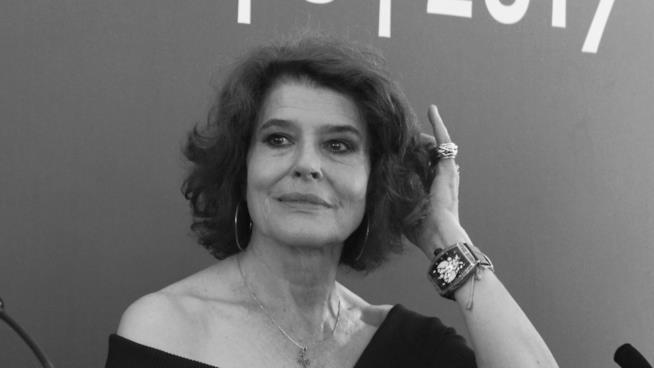Fanny Ardant si stimema i capelli durante la conferenza stampa di Lola Pater