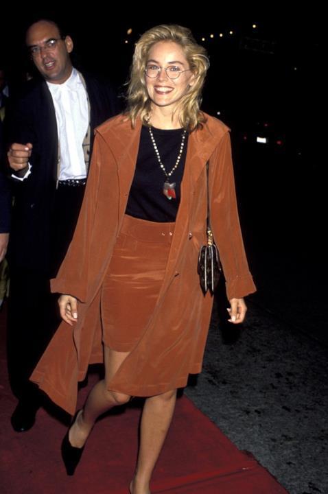 Sharon Stone nel 1990, con un completo ruggine