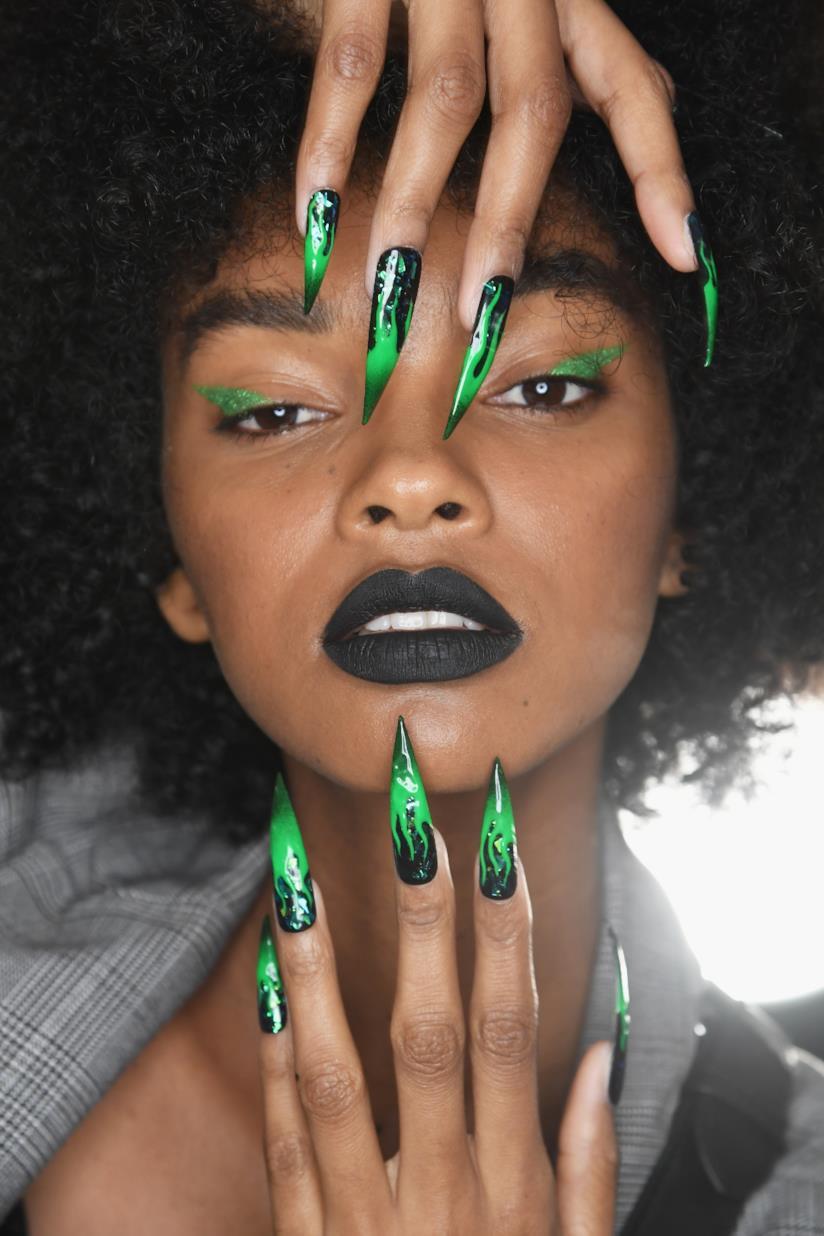 Nail art in gel nero con disegni verdi