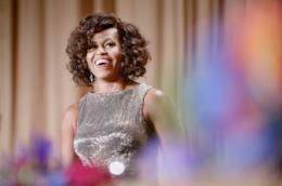 Michelle Obama con i capelli ricci