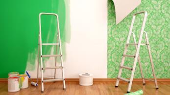 Parete rivestita con carta da parati e tinteggiata con pittura verde