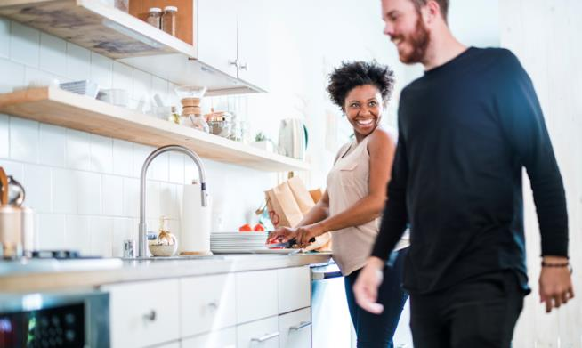 coppia sorridente in cucina
