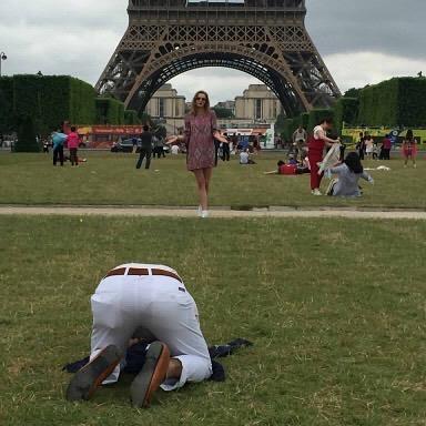 Un uomo fotografa una donna in posa