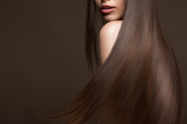 Donna con capelli lunghi luminosi