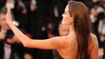 Angelina Jolie, vestita di nero, saluta