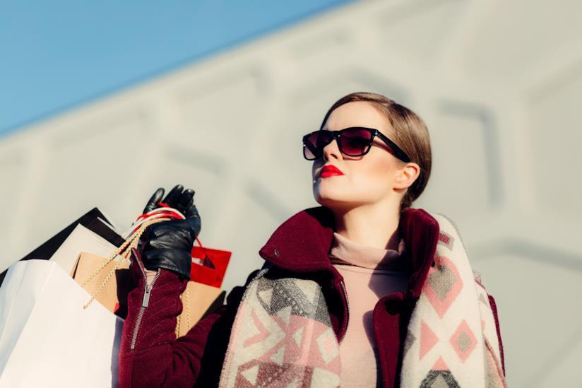 Una ragazza con delle borse in mano