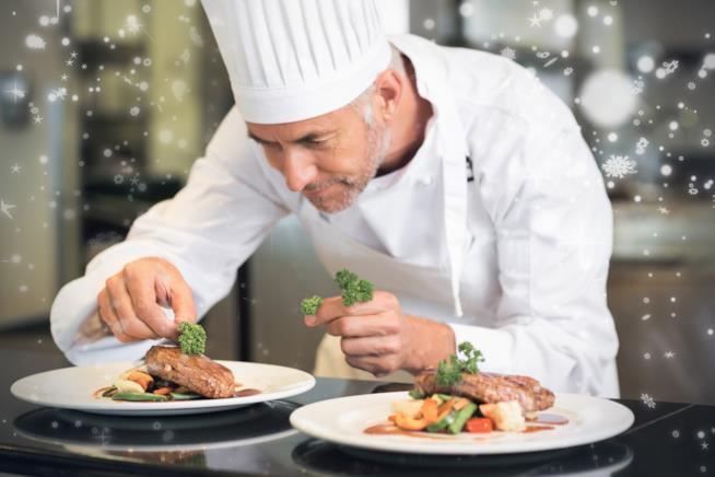 Chef stellato che cucina in un ristorante di lusso