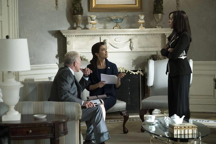 Jeff Perry, Bellamy Young e Kerry Washington in una scena di Scandal 7