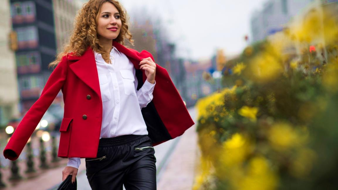 La modella sfoggia un look da street style con i pantaloni