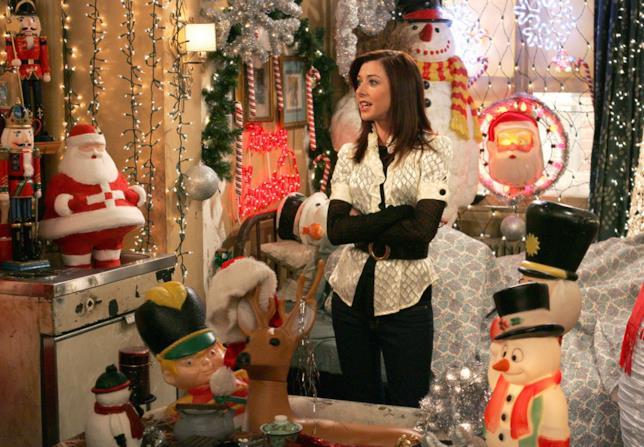 Lily ruba il natale portando tutte le decorazioni nel suo appartamento