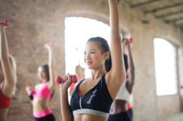L'allenamento coi pesi light di una giovane