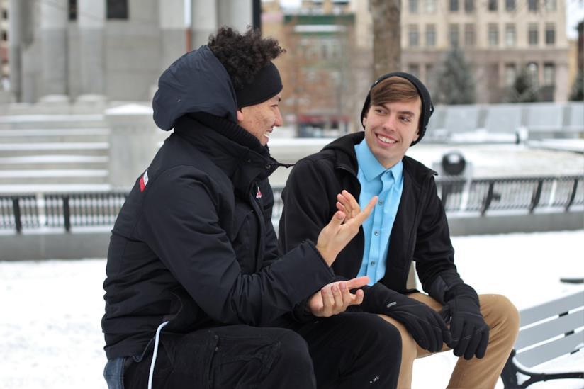 Due ragazzi che parlano.