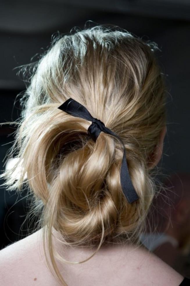 Nastro nei capelli raccolti