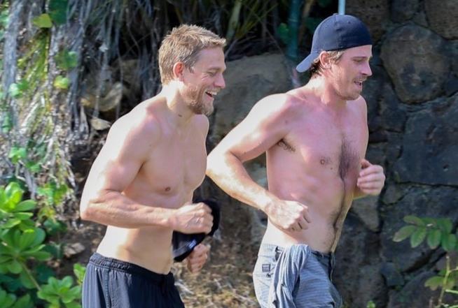 Charlie Hunnam e Garrett Hedlund si allenano alle Hawaii