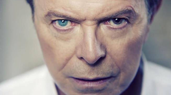 Un primo piano degli occhi di David Bowie, con la pupilla sinistra dilatata in modo permanente