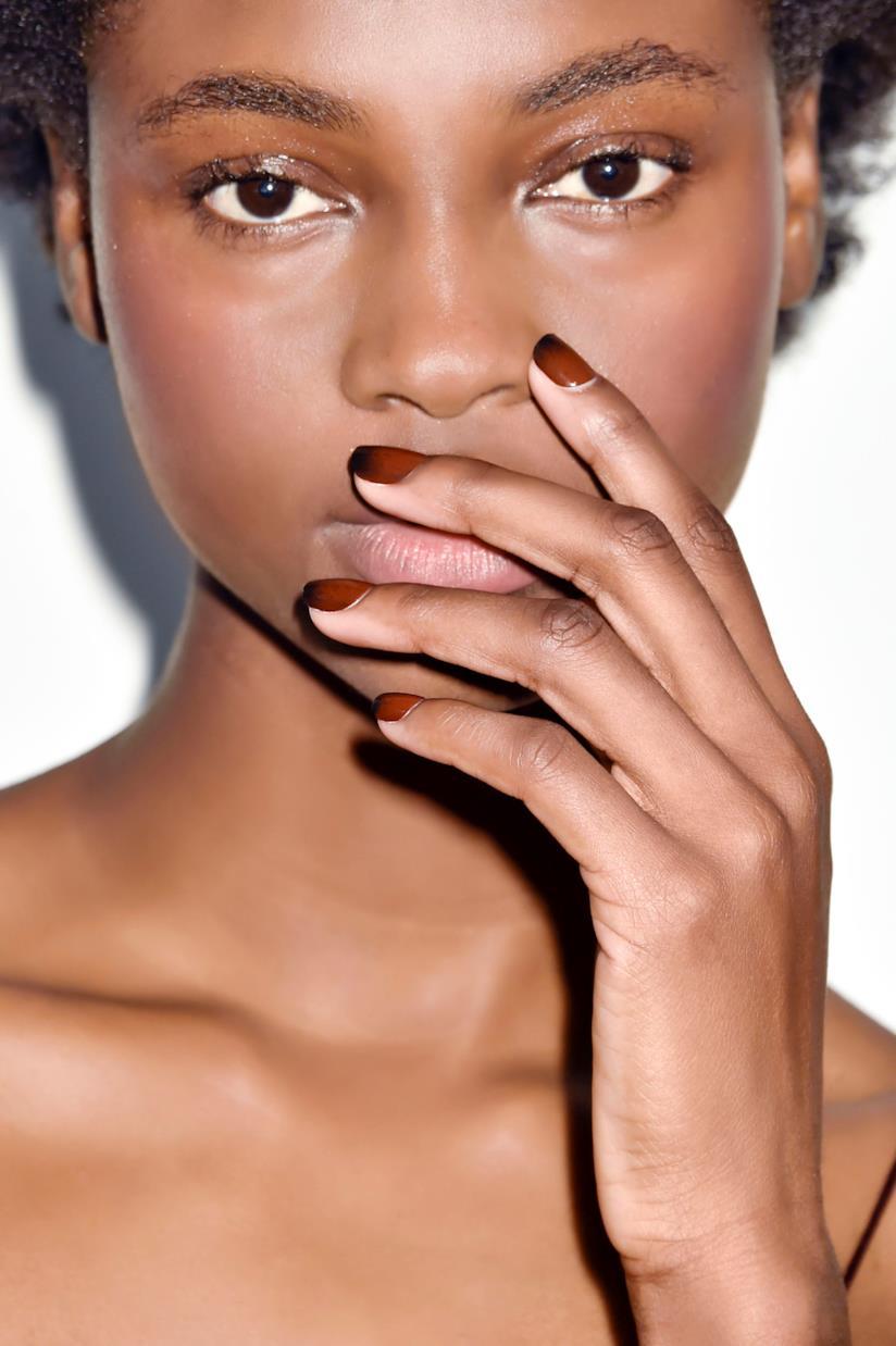 Manicure effetto ombré sfumata sul marrone