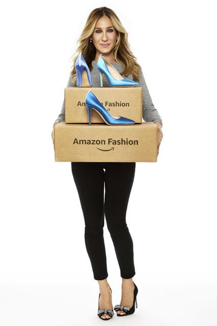 Sarah Jessica Parker regge delle scatole di Amazon