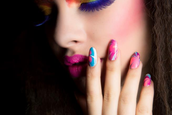 Nail art super colorata