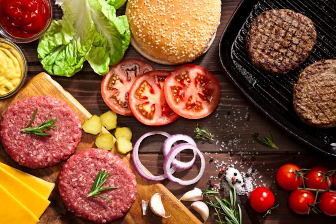 Carne distribuita su un tavolo