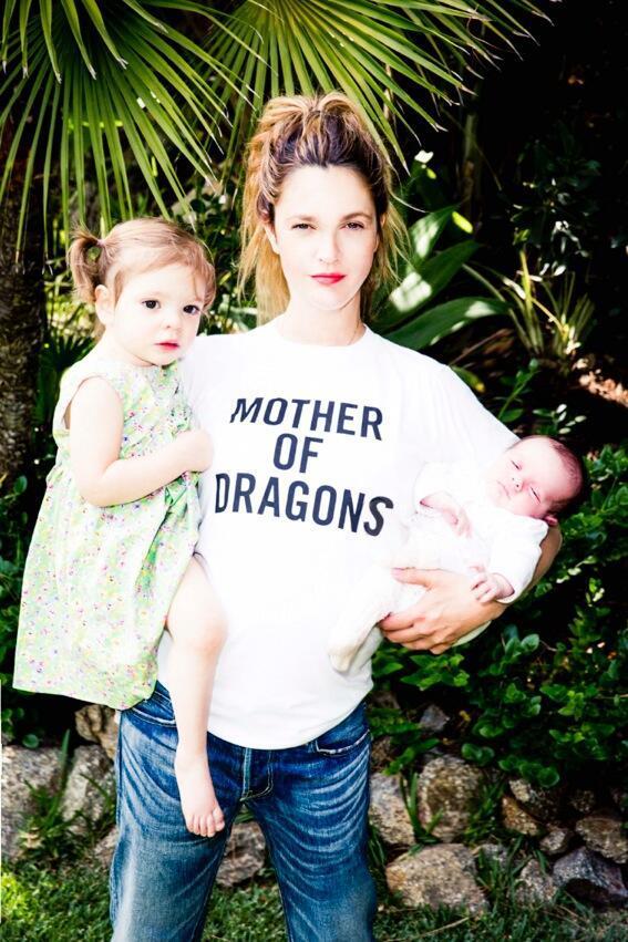 Drew Barrymore con le bimbe in braccio e la t-shirt Mother of Dragons