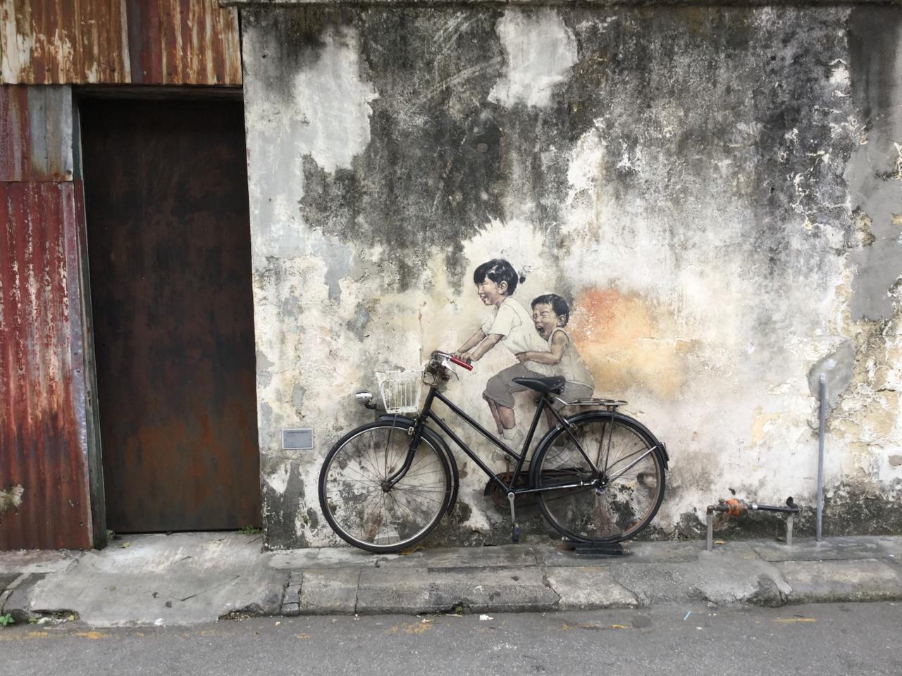 Street art con bambini in bicicletta