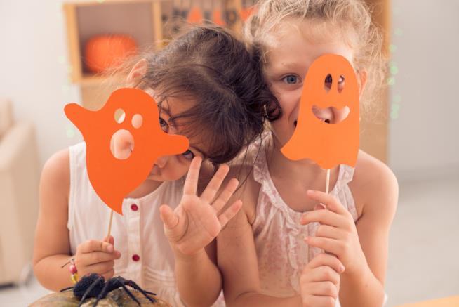 Bambini che giocano con i fantasmini