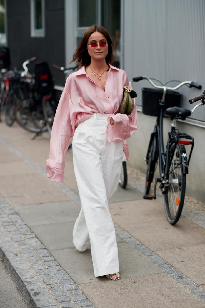 Outfit casual per ufficio camicia rosa oversize e pantaloni palazzo