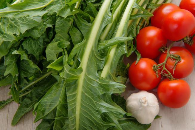 Cicoria, pomodori e aglio