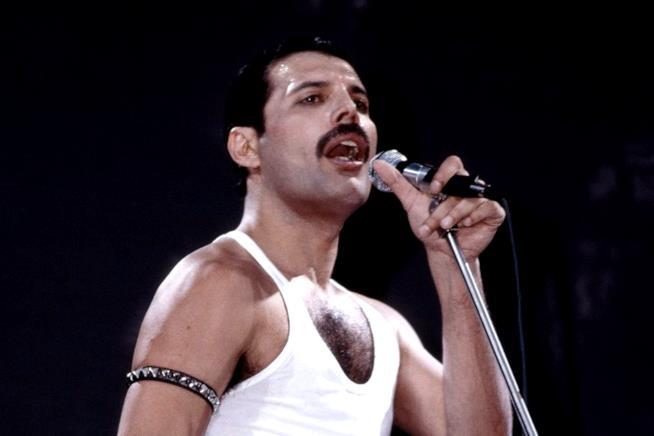 Freddie Mercury canta al Live Aid concert nel 1985