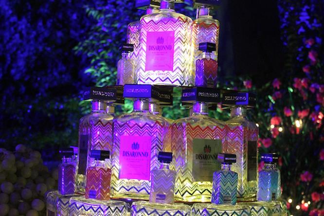 Una piramide di bottiglie di Disaronno vestite da Missoni.
