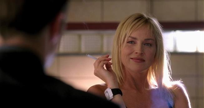Sharon Stone seduce anche quando fuma una sigaretta