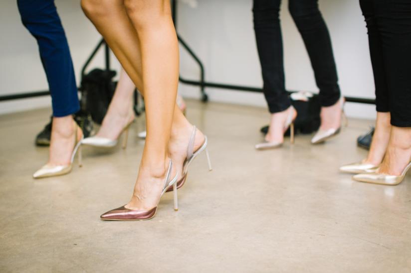 Donne con indosso tacchi a spillo