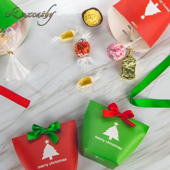 Calendario dell'avvento realizzato con dei piccoli sacchetti bianchi e rossi