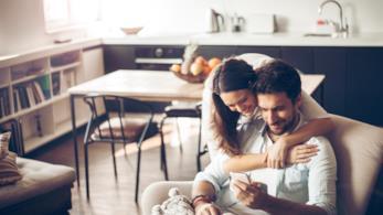 Una giovane coppia consulta lo smartphone
