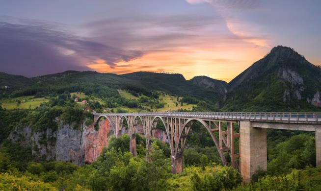 Ponte tra le montagne del Kosovo.