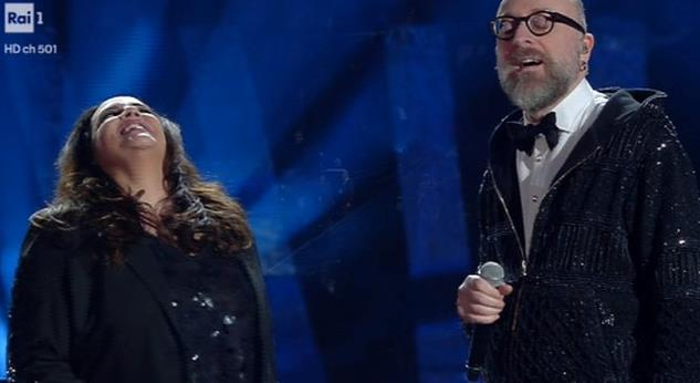 Mario Biondi si esibisce a Sanremo 2018 con una felpa glitter
