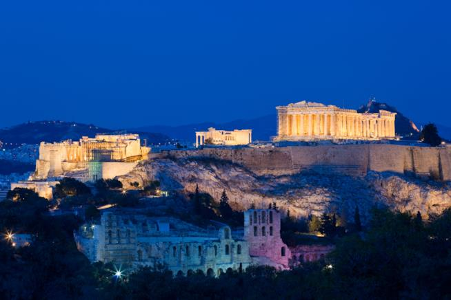 L'Acropoli risplende di notte