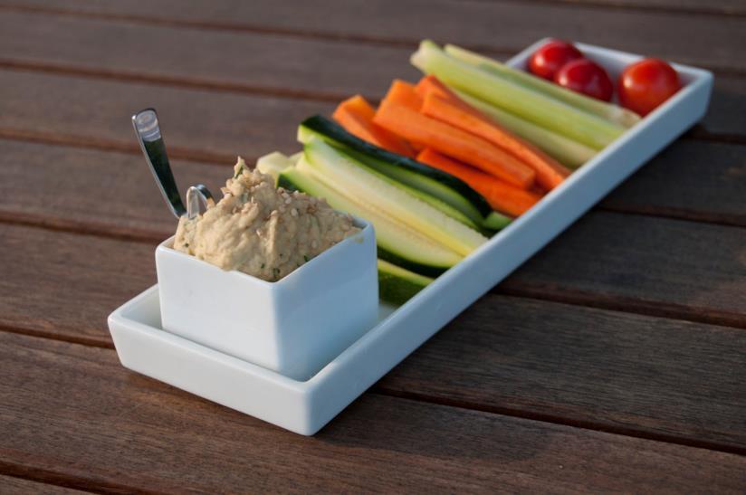 Piatto di crema di ceci e bastoncini di verdura