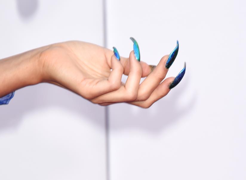 Unghie decorate particolari blu a mandorla