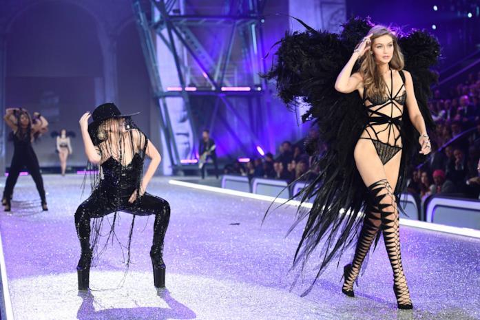 Gigi Hadid in passerella per Victoria's Secret