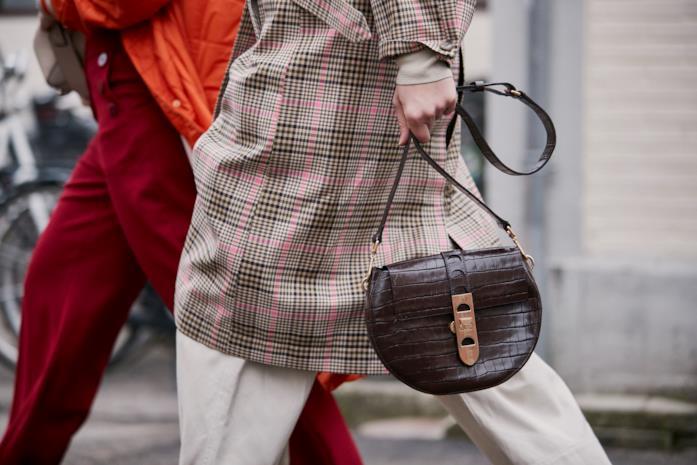 Modello borsa nello streetstyle autunno 2019