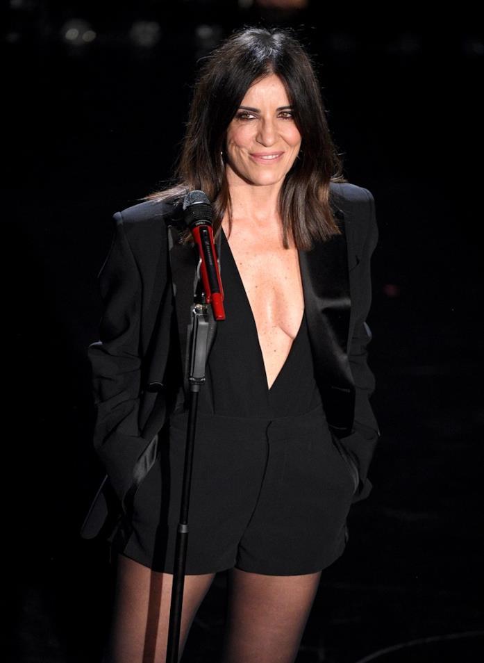 Paola Turci in total black con una tuta jumpsuit