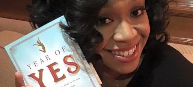 Shonda Rhimes con il libro L'anno del sì. Non avere paura, vivi con gioia e diventa la tua persona