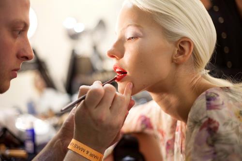 Make up labbra su capelli biondi