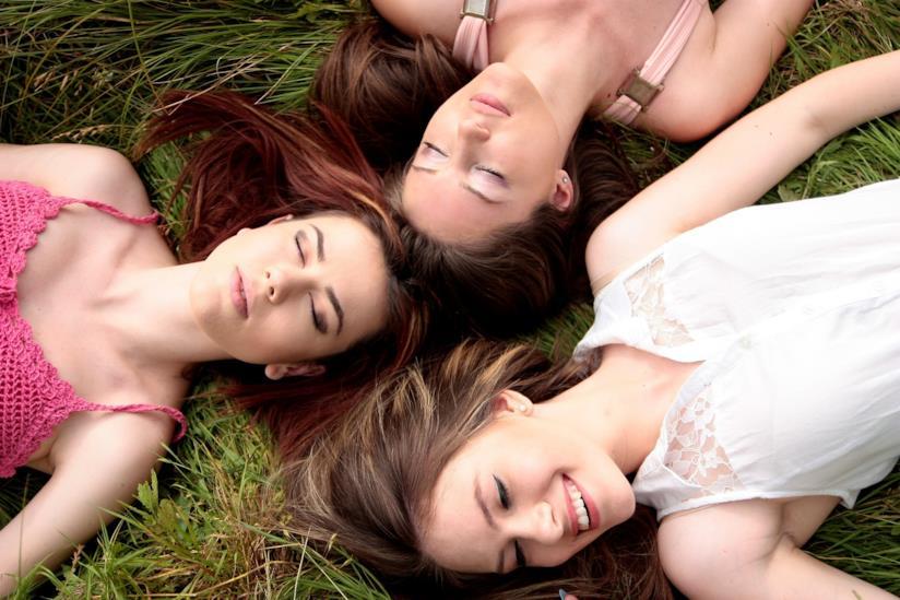 Gruppo di ragazze sdraiate in un prato