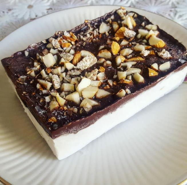 Gelato bianco con cioccolato e frutta secca