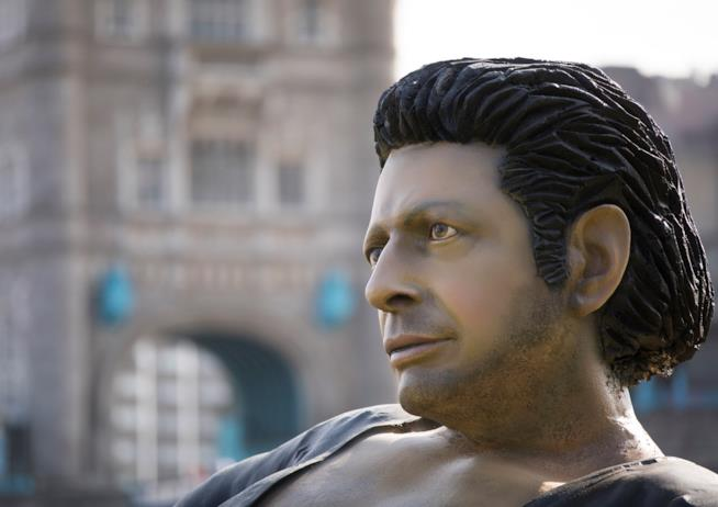 particolare della statua di Jeff Goldblum a  Londra