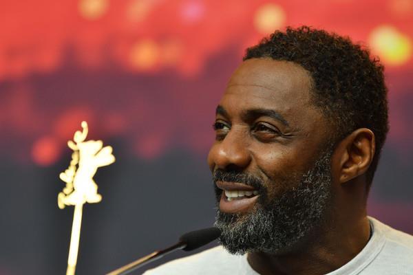 Idris Elba sorride a Berlino