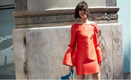 Modella indossa abito ASOS color orange