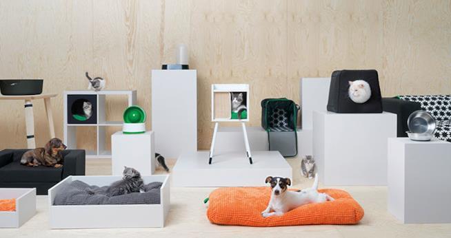 Cani e gatti adagiati in cucce e su cuscini nella linea Lurvig di Ikea